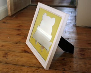 Custom-shaped mount for mirror